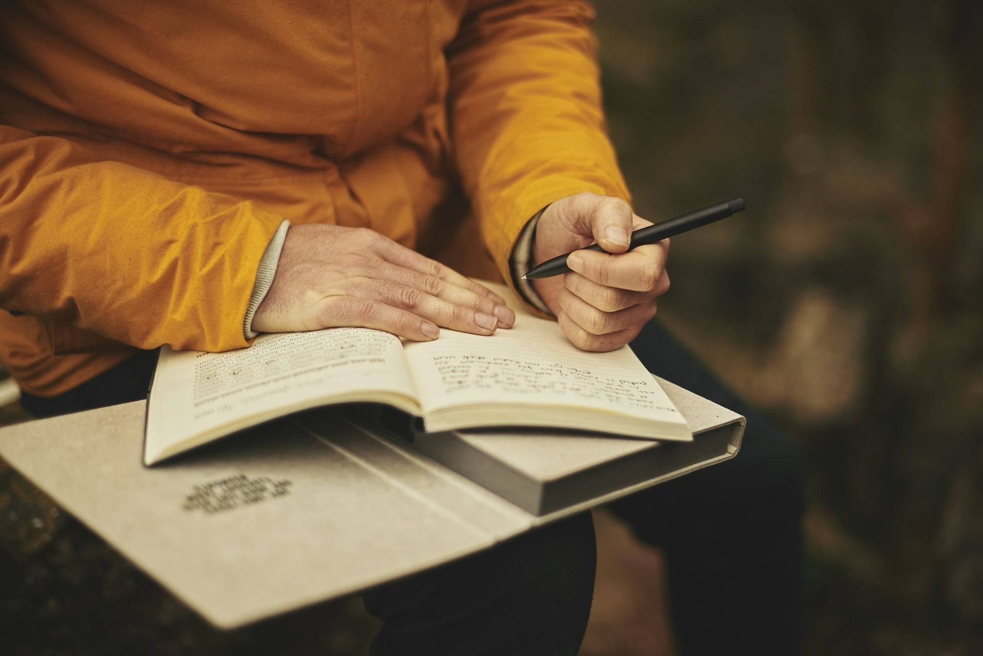 Mann mit Buch Links